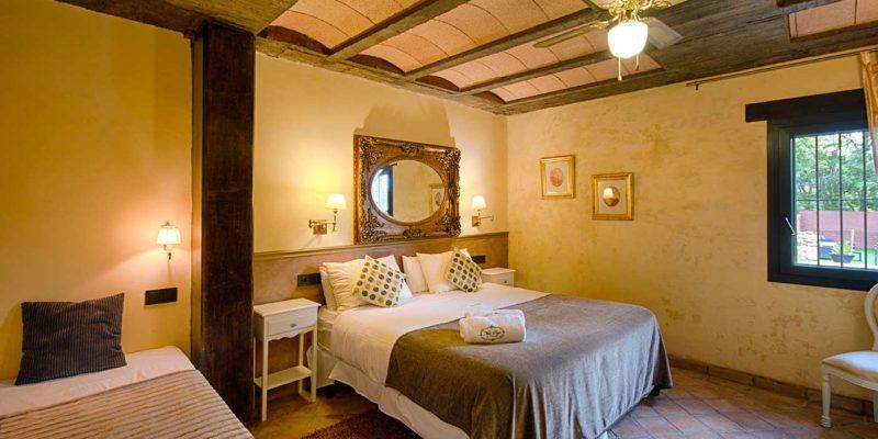 Habitación amarilla Hotel Mas Prat cerca de Olot